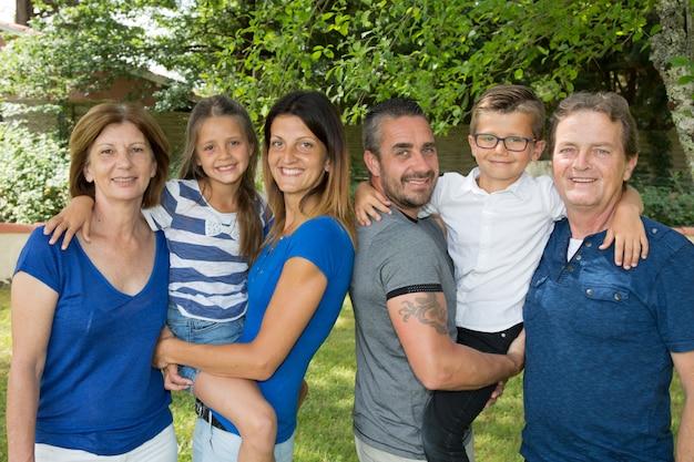 Piękna rodzina 6-osobowa z trzema pokoleniami