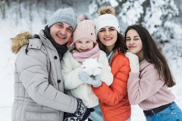 Piękna rodzina pozuje do aparatu