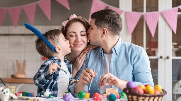 Piękna rodzina razem świętować wielkanoc