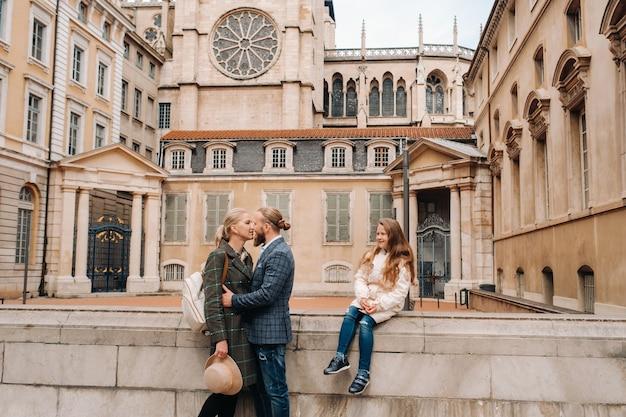Piękna rodzina spacerująca po starym mieście lyonu we francji