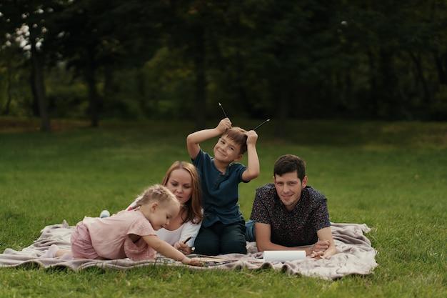 Piękna rodzina spędza czas na świeżym powietrzu