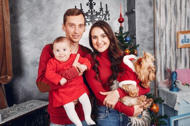 Piękna rodzina spędza czas w domu