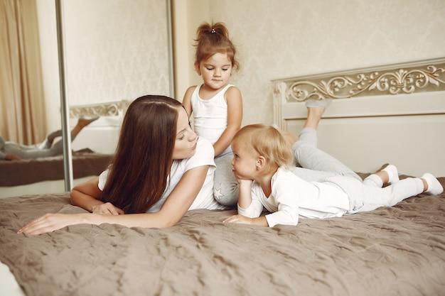 Piękna rodzina spędza czas w łazience