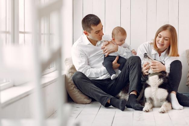 Piękna rodzina spędza czas w sypialni z psem