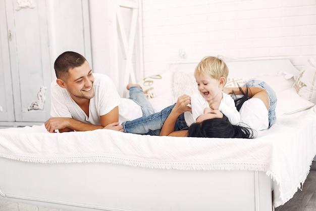 Piękna rodzina spędza czas w sypialni