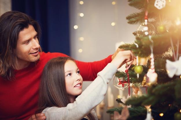 Piękna rodzina spędzająca święta w domu