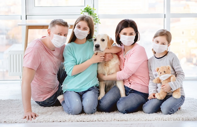Piękna rodzina w medycznych maskach