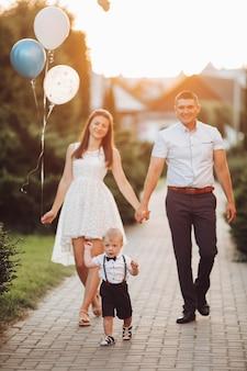 Piękna rodzina z urodzinowym synem.