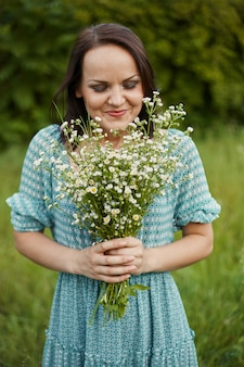 Piękna romantyczna kobieta na zewnątrz