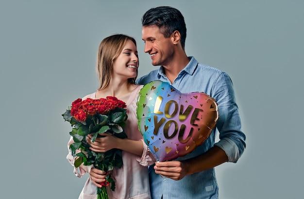 Piękna romantyczna para na szarym tle.