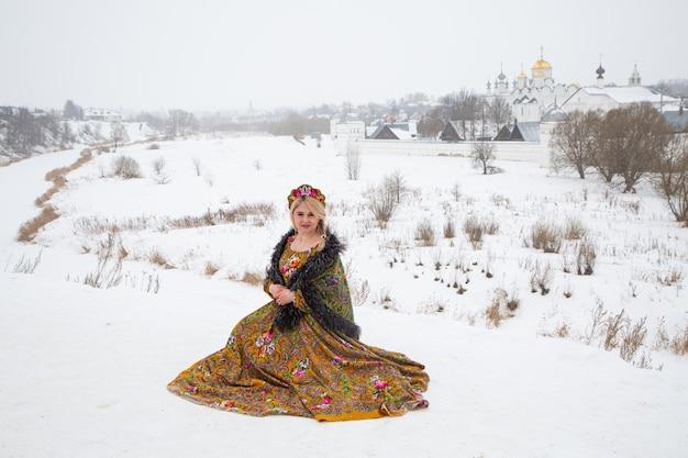 Piękna rosjanka w zimowej sukience narodowej