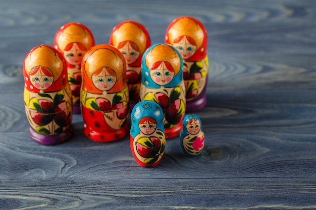 Piękna rosyjska lalka matreshka na niebieskim drewnianym stole