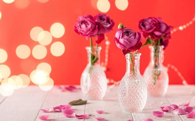 Piękna róża w kształcie piwonii w szklanym wazonie