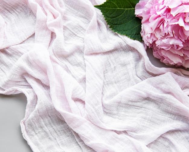 Piękna różowa hortensja i szalik