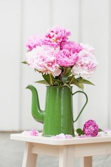 Piękna różowa peonia kwitnie bukiet w ogródzie