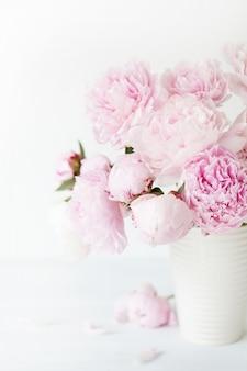 Piękna różowa piwonia bukiet kwiatów w wazonie