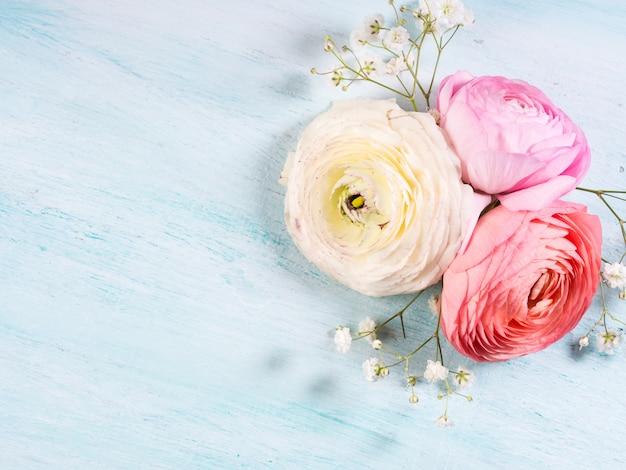 Piękna różowa rama jaskier na turkusowy drewniany. ślub matki dzień kobiety. wakacyjna elegancka wiązka kwiatów.