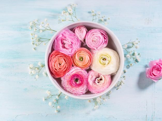 Piękna różowa wiosna jaskier. ślub matki dzień kobiety. wakacyjna elegancka kompozycja kwiatów