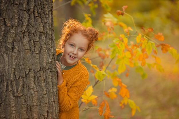 Piękna ruda dziewczyna z nierównymi rzadkimi zębami