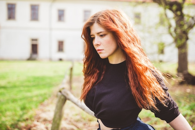 Piękna ruda młoda kobieta głęboko zamyślona