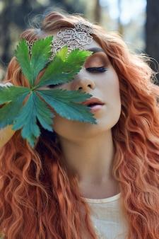 Piękna rudowłosa dziewczyna o dużych oczach