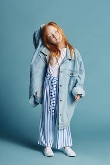 Piękna rudowłosa dziewczynka z długimi włosami