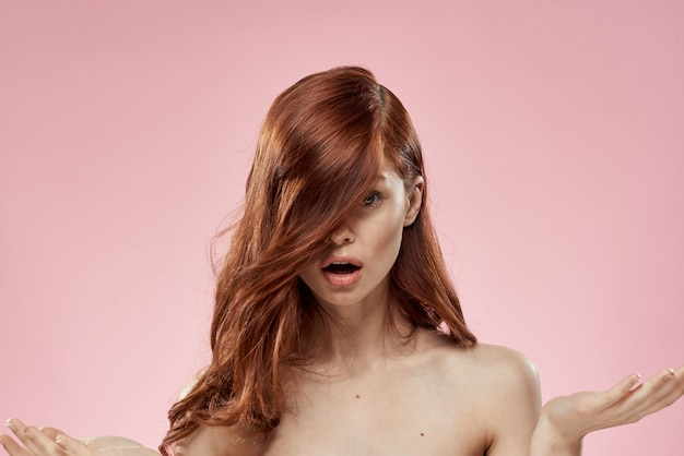 Piękna rudowłosa kobieta z kręconymi włosami. pielęgnacja włosów, zdrowych i lśniących, bez rozdwajających się końcówek
