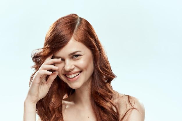 Piękna rudowłosa kobieta z kręconymi włosami