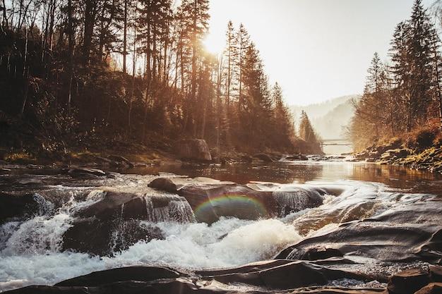 Piękna rzeka na dnie kanionu na tle zachodzącego słońca