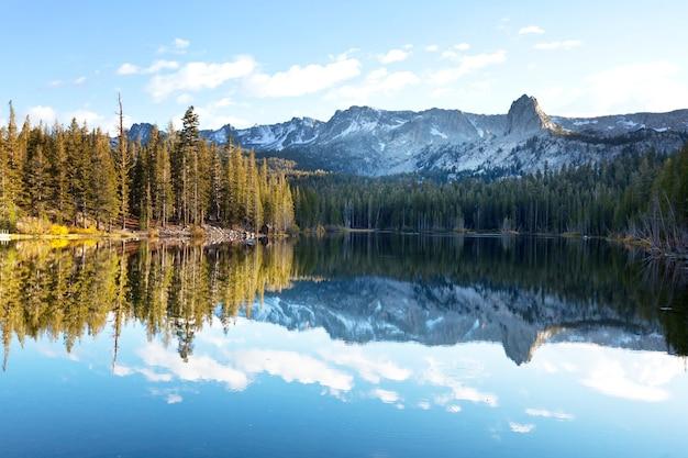 Piękna scena przyrody w jesiennych górach. odbicie jeziora sierra nevada.