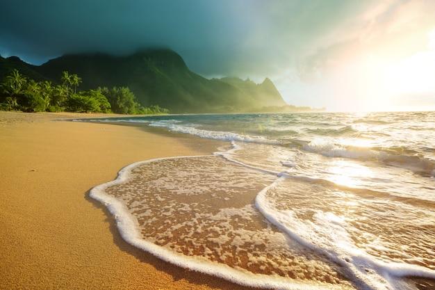 Piękna scena w tunnels beach na wyspie kauai, hawaje, usa