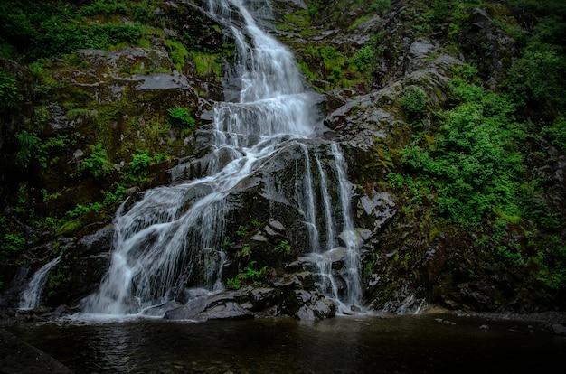 Piękna scena wodospadu między skałami flood falls hope w kanadzie
