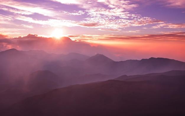 Piękna scena wschodu słońca na wulkanie haleakala, wyspa maui, hawaje