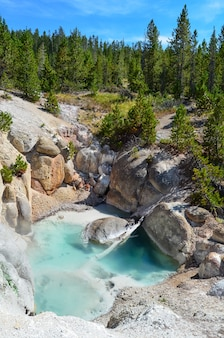Piękna sceneria basenu norris geyser basin w yellowstone