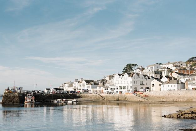 Piękna sceneria białych apartamentów na nabrzeżu pod pięknym błękitnym niebem