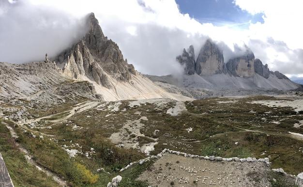 Piękna sceneria formacji skalnych pod białymi chmurami we włoszech