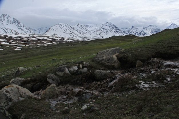 Piękna sceneria górskiego krajobrazu ze skalistymi wzgórzami pokrytymi śniegiem