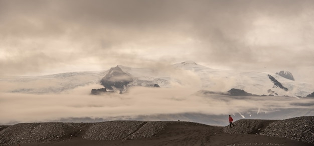 Piękna sceneria lodowców islandii pod pięknymi białymi puszystymi chmurami