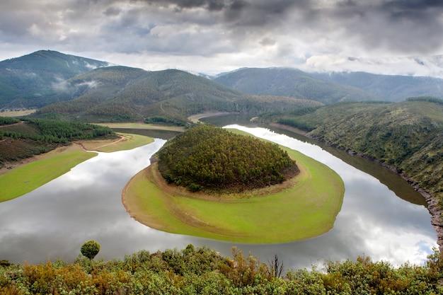 Piękna sceneria meandra zlokalizowana w hiszpanii