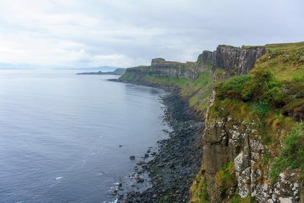 Piękna sceneria morskich klifów po drugiej stronie wodospadu kilt rock and mealt, isle of skye, szkocja