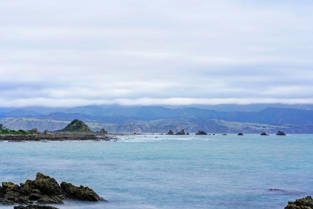 Piękna sceneria rezerwatu morskiego taputeranga znajduje się na południowym wybrzeżu wellington, obejmującym island bay, owhiro bay i houghton bay, wellington, north island of new zealand