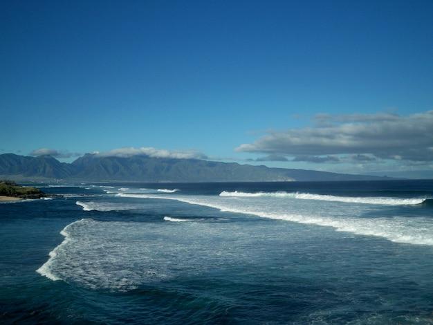 Piękna sceneria spokojnego morza pod bezchmurnym niebem na hawajach