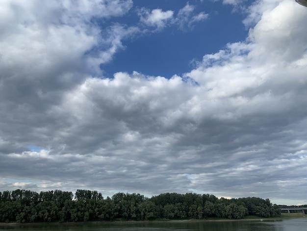 Piękna sceneria zachmurzonego nieba nad krajobrazem w ciągu dnia