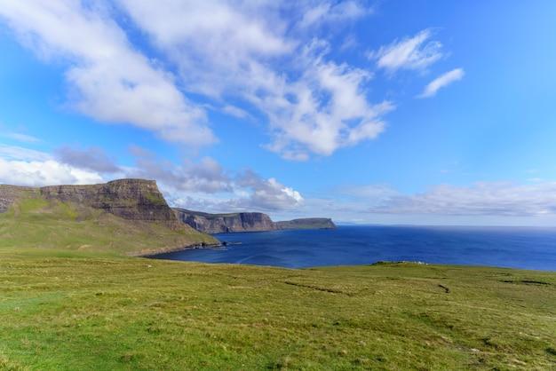 Piękna sceneria zachodniego wybrzeża skye w obszarze znanym jako durinish , gdzie znajduje się latarnia morska neist point , isle of skye , szkocja