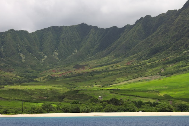 Piękna sceneria zielonego krajobrazu z górami w zachodniej części ohau