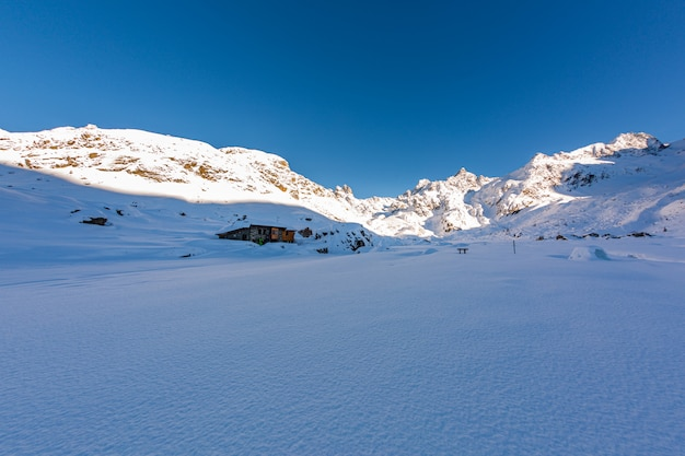 Piękna sceneria zimy kraina cudów pod jasnym niebem w sainte foy, francuskie alpy