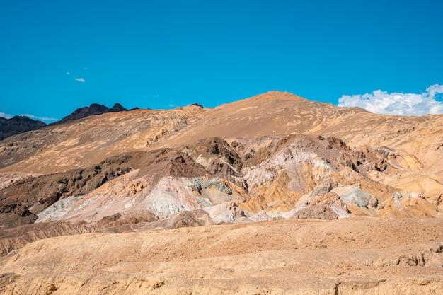 Piękna ścieżka artist's drive, gdzie można zobaczyć punkt widzenia artist point w death valley w kalifornii. stany zjednoczone