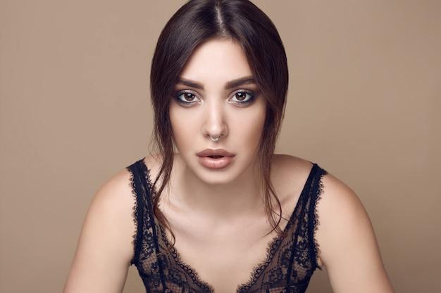Piękna seksowna brunetki kobieta z soczystymi wargami w ciemnej bieliźnie