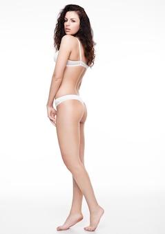 Piękna seksowna dziewczyna jest ubranym białą bieliznę