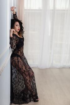 Piękna seksowna dziewczyna w czarnej koronkowej sukience.